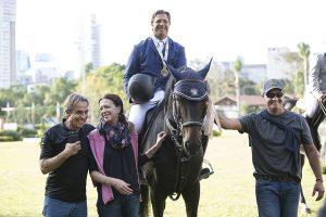 José com sua mãe Monica, Romeu Ferreira Leite, presidente da SHP, e Lacerda , por Wilson Spinardi Jr
