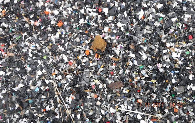 Granulado de plástico reciclado para uso em pistas de hipismo