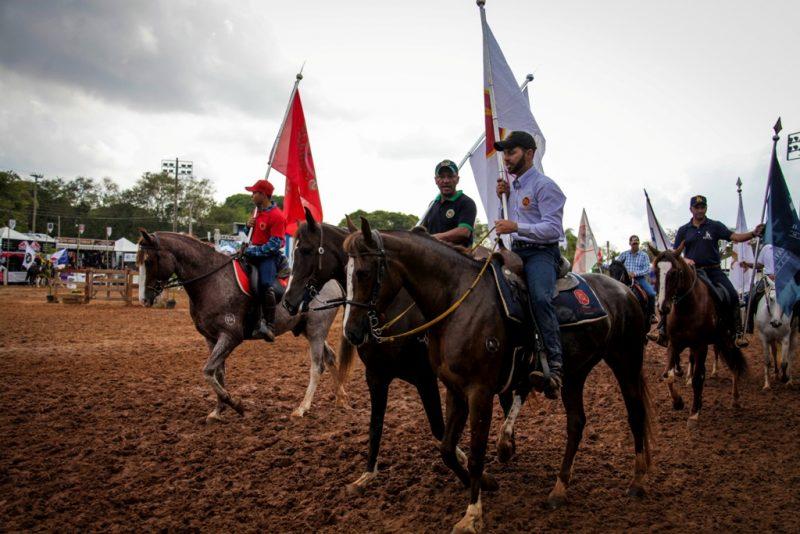 O desfile das bandeiras movimentou o recinto de exposição, por Márcio Mitsuishi
