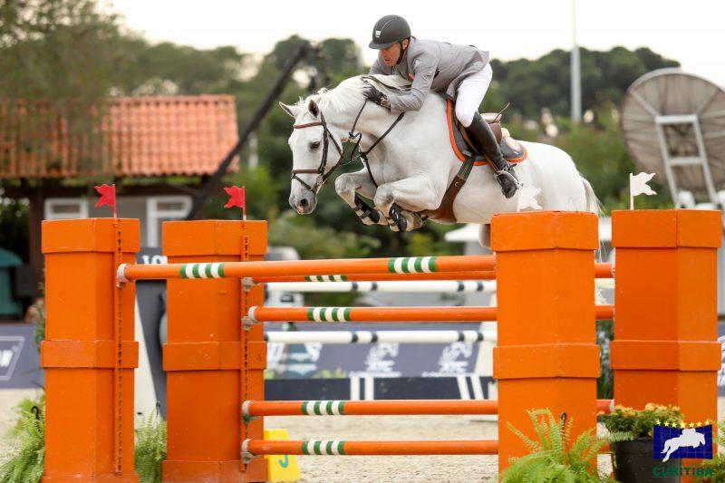 O capitão da equipe campeã Exitum Stephan Barcha com O Mundo do Cavalo Chevaux (Luis Ruas)