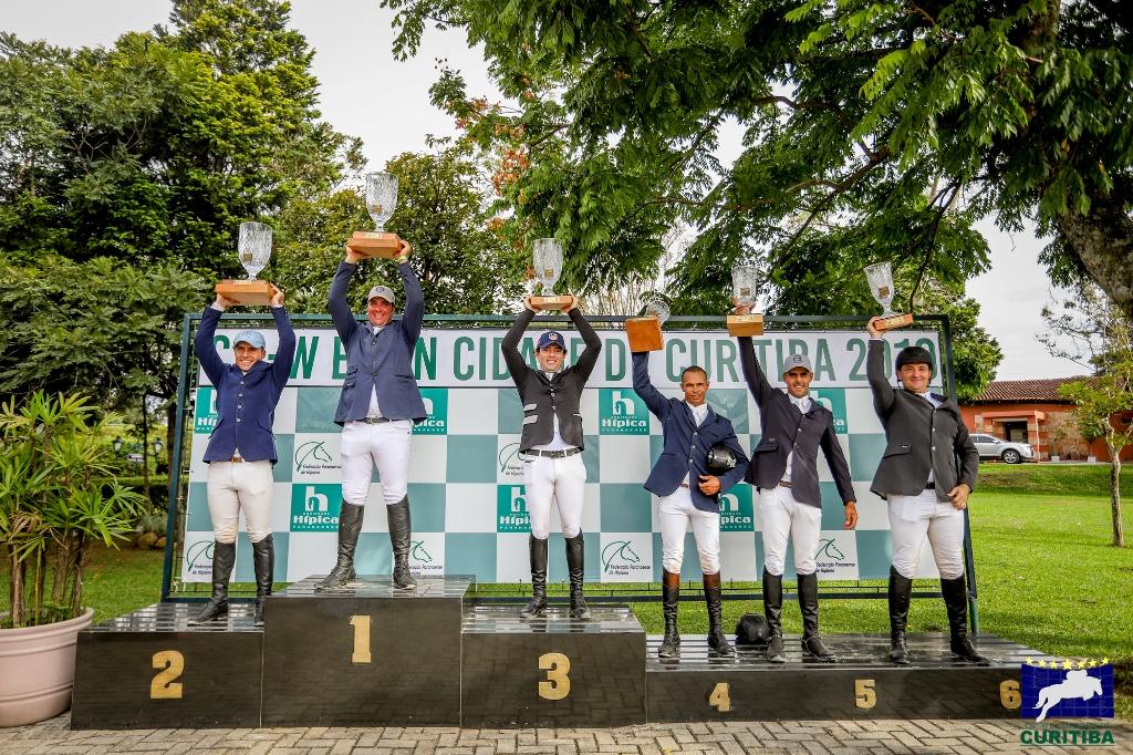 Vencedores comemoram no pódio do GP Internacional em Curitiba (Luis Ruas)