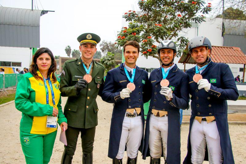 João Victor, Pedro, Leandro, João Paulo e Sandra Smith Martins, chefe de equipe (Carola May)