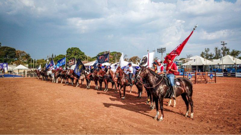 O desfile das bandeiras abriu oficialmente o evento, foto Márcio Mitsuishi