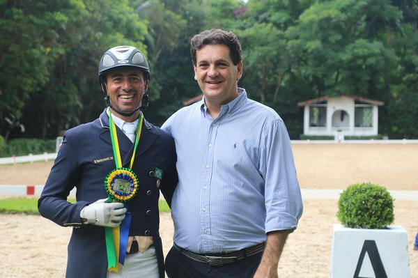 Leandro Silva, bronze no Pan, com Ronaldo Bittencourt Filho, presidente da CBH (Carola May)