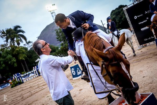 O campeão Marcello Ciavaglia recebe os cumprimentos de João Roberto Marinho (Luis Ruas)