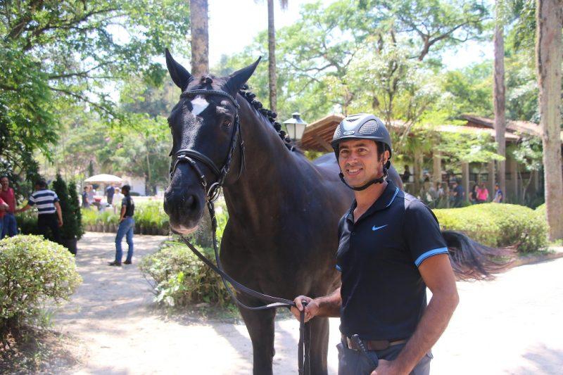 O medalhista pan-americano Leandro Silva com Dicaprio na inspeção veterinária (C. May)