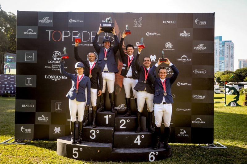 José Roberto ergue o Troféu Perpétuo Alfinete ao lado dos demais vencedores (Luis Ruas)